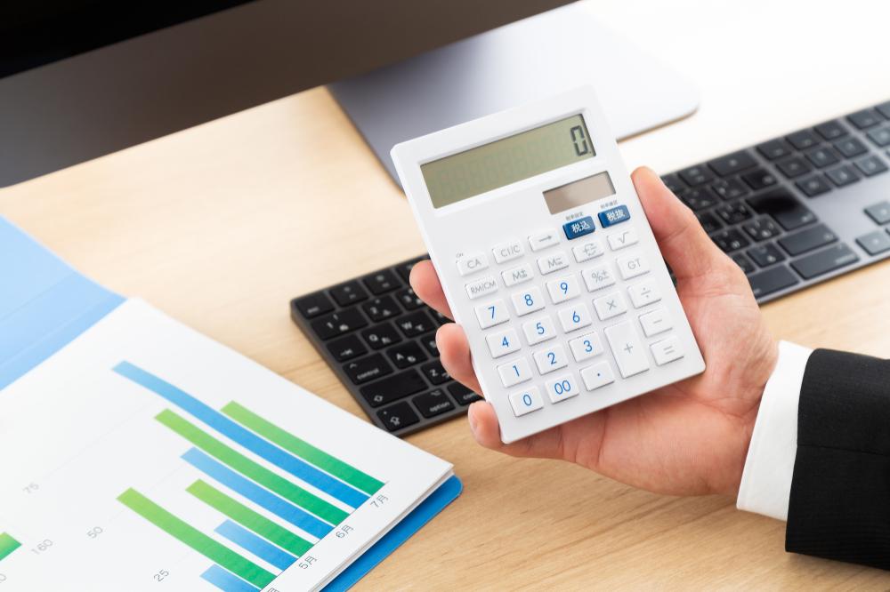電子契約システムの費用を計算しているイメージ